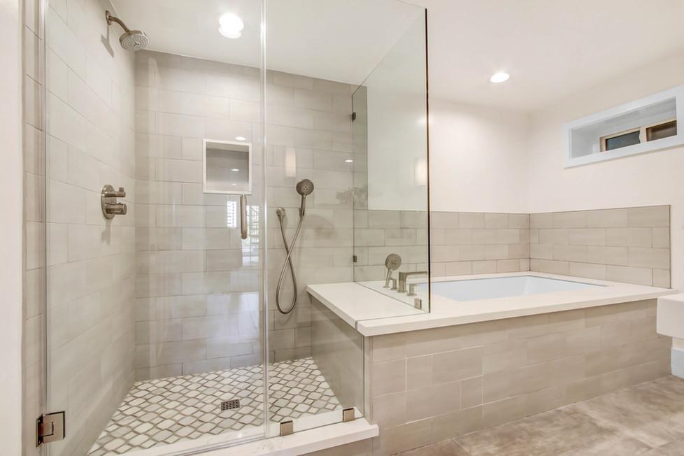 840 Thayer Ave - bathroom 5 shower and tub.jpg