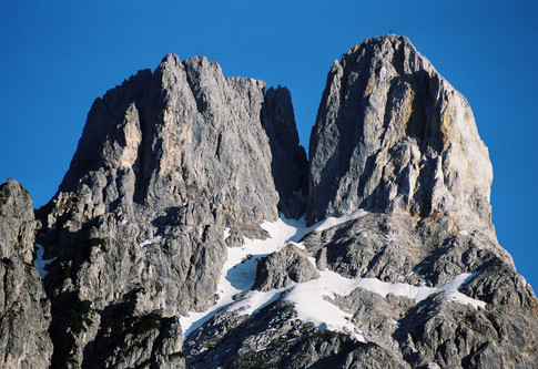 Gipfel der Bischofsmütze vor stahlblauem Himmel