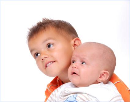 Babyfoto zwei Brüder - neugierig