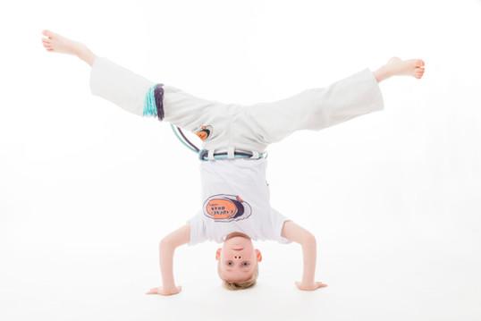 Kinderfoto kopfüber Capoeira tanzend