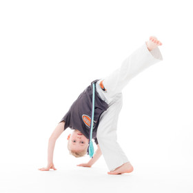 Kinderfoto kopfüber Capoeira tanzend II