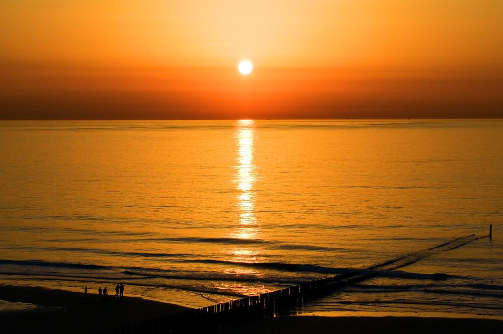 Sonnenuntergang auf Zeeland an der Nordsee in den Niederlanden