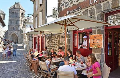 La Diligence, Salers - rue du Beffroi. Restaurant terroir dans le Cantal. Recettes traditionnelles auvergnates. Crêperie. Terrase.