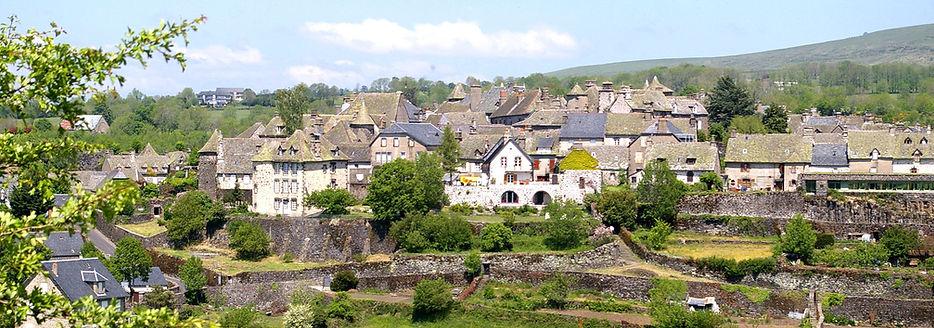 Village de Salers - Cantal 15 - vue sur les remparts. Monts du Cantal. Auvergne. Cité Médiévale.