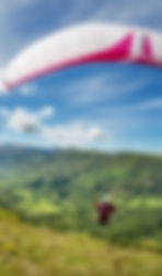 Parapente dans le Cantal, Auvergne. Sport, nature, sensations fortes, montagnes. Monts du Cantal, Massif Central, Volcan Auvergne.