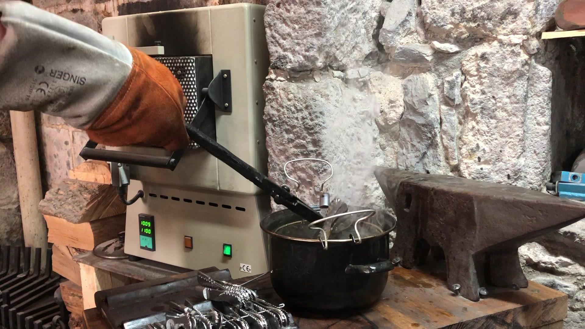 Fabrication de couteaux à Salers
