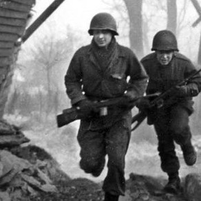 101st Airborne Glider Infantry men at BASTOGNE