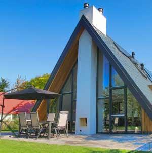 't Spelt is een speelse en energieneutrale vakantiewoning in het rustige kustplaatsje Groote Keeten. De grote glazen gevel geeft veel lichtinval.