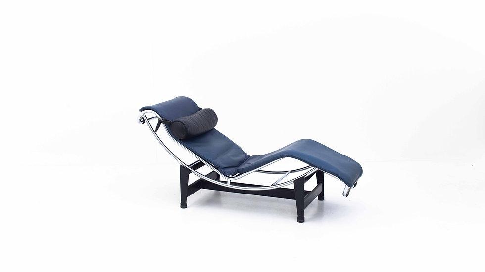 Le Corbusier LC4 Chaise Longue von Cassina in Blau
