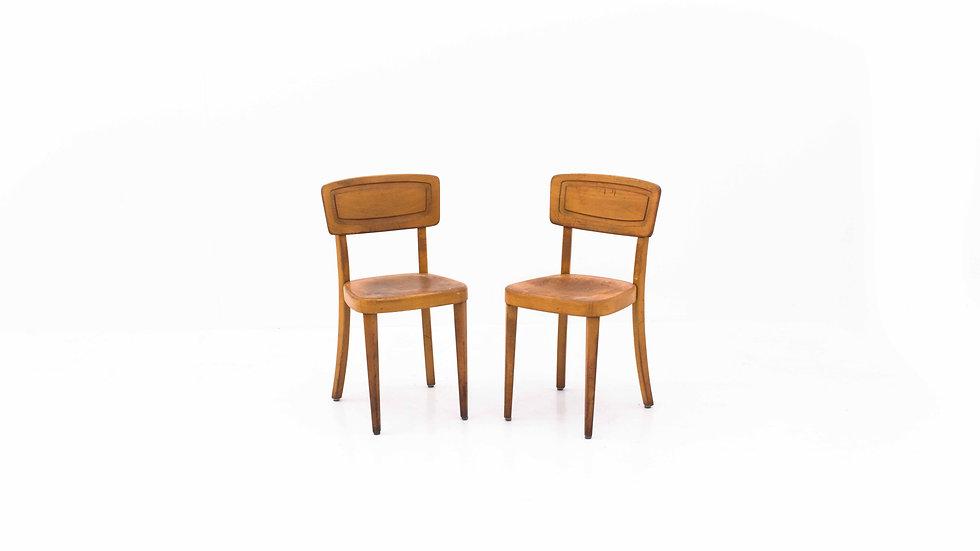 Schweizer Beizenstühle mit Holzschnitt, im Zweierset