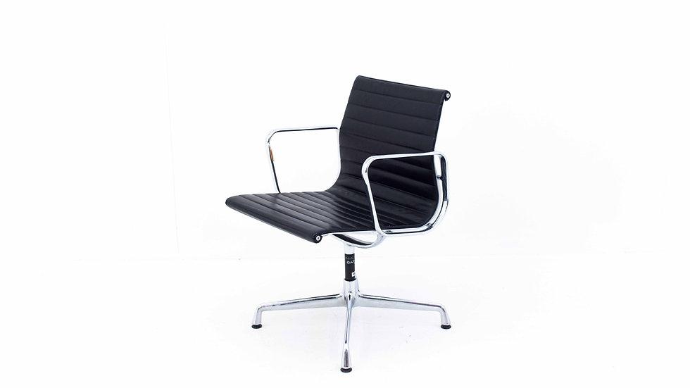 Vitra Bürostuhl EA 107 / EA 108 von Charles & Ray Eames, schwarzes Leder