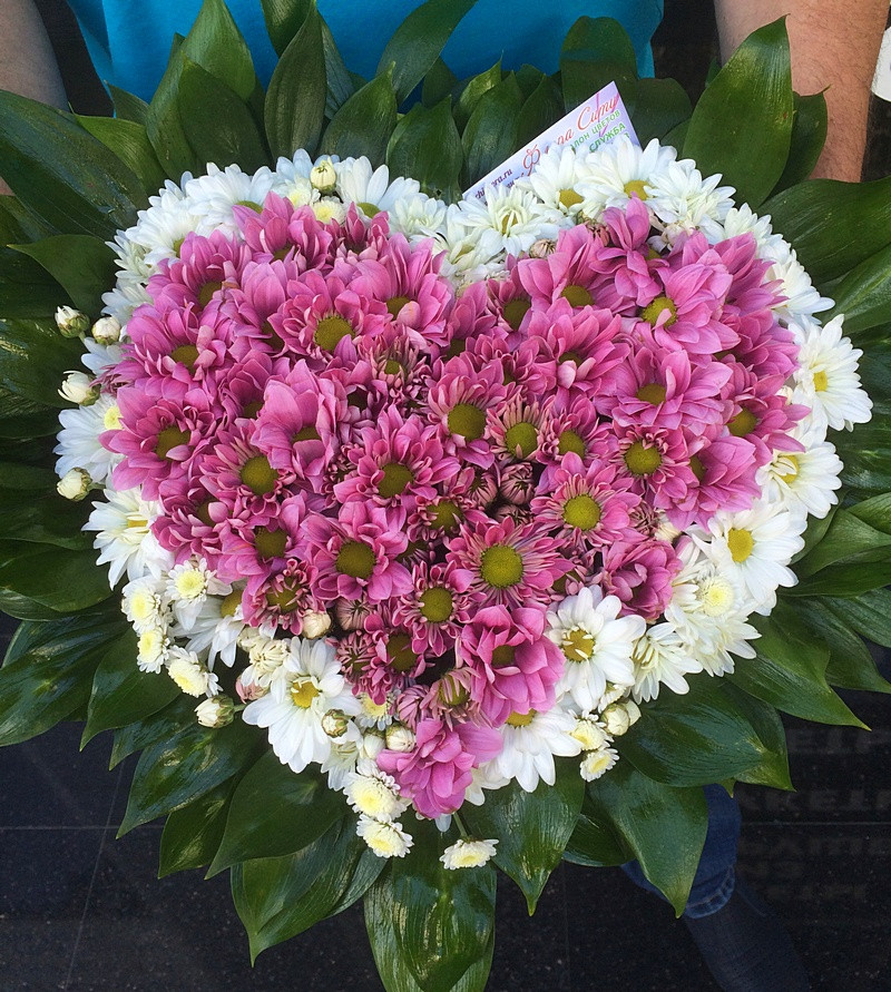 Сердце из сиреневой хризантемы. Купить цветы, букеты в Адлере.