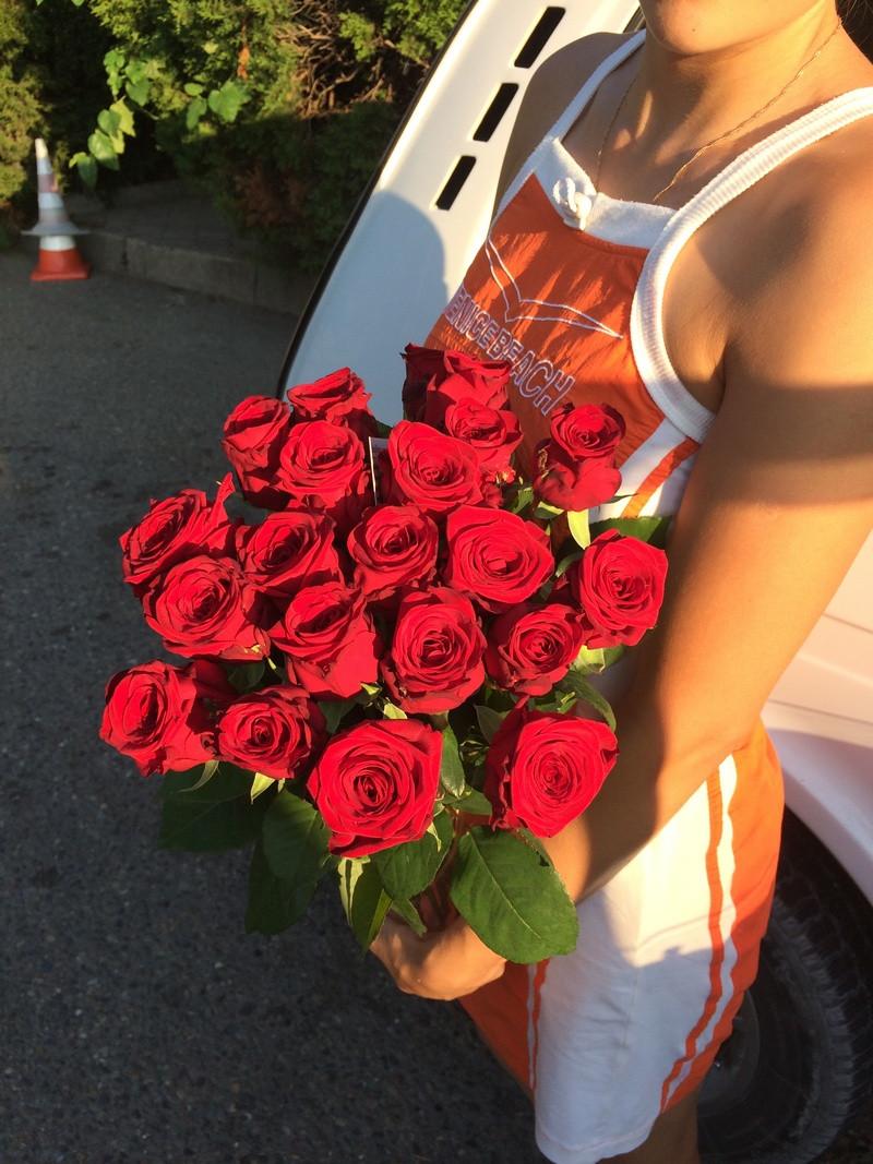 21 бордовая роза купить цветы и букеты с доставкой в Адлере