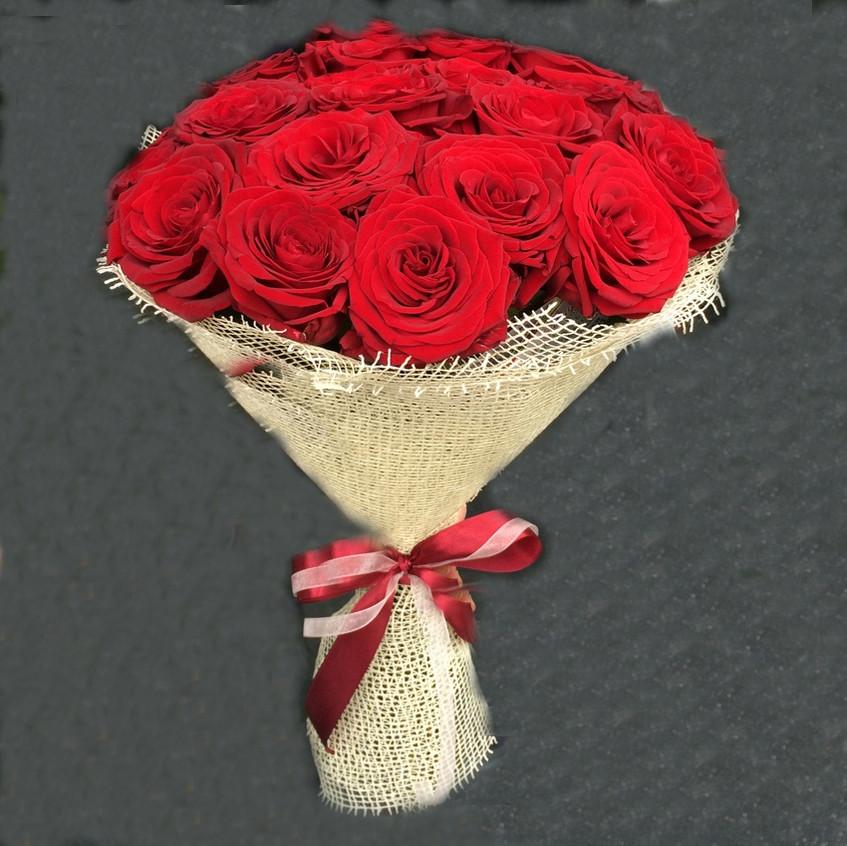 15 красных роз в сетке