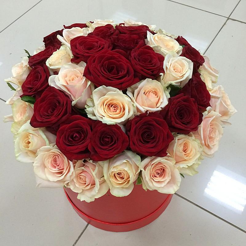 Шляпная коробка из 47 роз. Купить цветы и букеты с доставкой в Адлере.