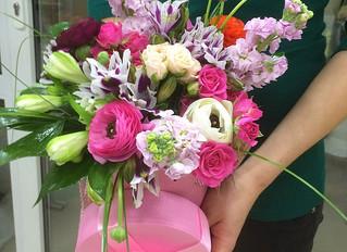 Шляпная коробка с цветами.