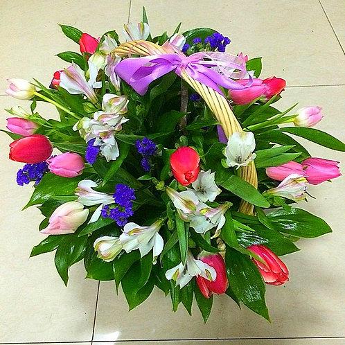 Красивая корзина с тюльпанами День Матери