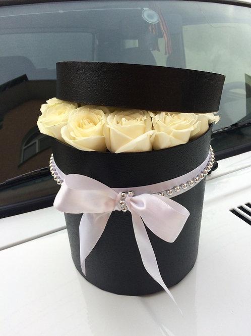 Белые розы в черной коробке