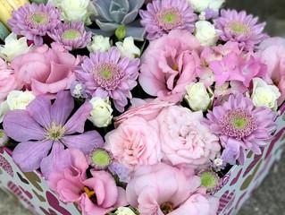 Милые коробочки с цветами и сладостями.