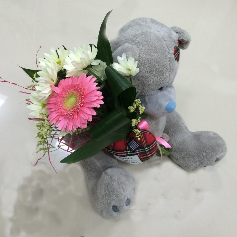Романтичный Мишаня с букетом. Купить цветы и букеты с доставкой в Адлере.