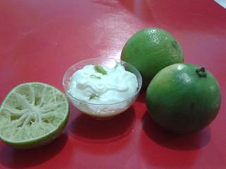 Brigadeiro gourmet de limão com cobertura de chantilly