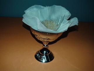 Brigadeiro gourmet de côco servido em tacinha prateada