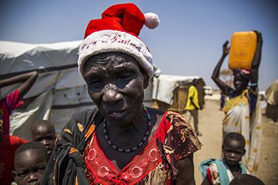Nyajier Kuon, la dona desplaçada de Bentiu amb el barret de Pare Noel que li va regalar la seva filla. © Albert González Farran – AFP