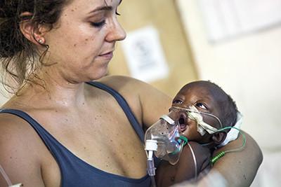 La pediatra de la Creu Roja, Jessica Hazelwood, sosté el nadó malalt de pneumònia a l'hospital de Maiwut, al Sudan del Sud. Foto de l'Albert González Farran / CICR