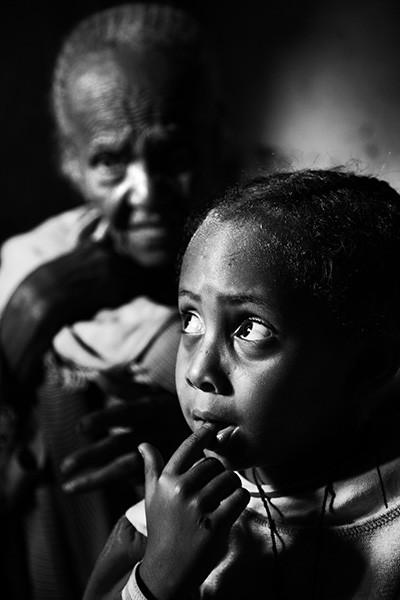 L'òrfena Mehalet, de cinc anys, acompanyada de la seva veïna octogenària Ameta, paraplègica i cega. © Albert González Farran