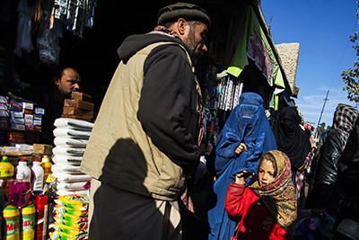 Gent passejant pel mercat de Mandawi, un dels més importants de Kabul (Afganistan). Foto de l'Albert González Farran per UNAMA.