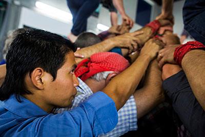 German Acevedo, un immigrant de 23 anys de El Salvador, fa 'pinya' a una sessió d'entrenament de la colla de 'castellers' Saballuts de Sabadell. Foto de l'Albert González Farran, CCAR