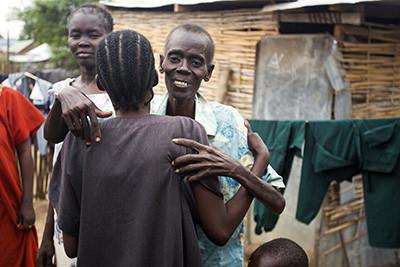 Esther Abraham abraça la seva germana amb qui comparteix cabana a Juba, al Sudan del Sud. Foto de l'Albert González Farran – AFP