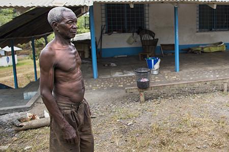El guàrdia local de l'antiga base de l'ONU a Tubmanburg (Libèria). Foto de l'Albert González Farran – UNMIL