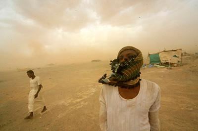 Miners d'or busquen refugi durant una tormenta de sorra a Al-Ibedia, a l'estat de River Nile (Sudan). © Mohamed Nureldin Abdallah/Reuters