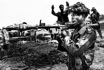 Un soldat amb un bazuca teatralitza el moment de la victòria a les trinxeres de Lilo, Sudan del Sud. Foto © Albert González Farran / AFP