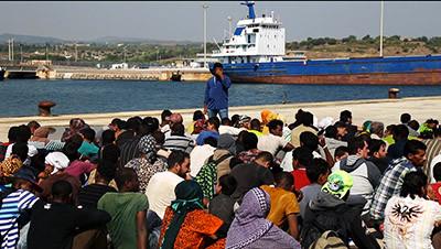 Un grup de persones, la majoria de Síria, Eritrea i Egipte, arriben al port d'Augusta, a Sícilia, l'agost de 2015. Foto de l'Albert González Farran, per Save the Chidren i l'OIM.