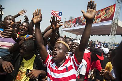 Joves celebren la investidura de George Weah com a president de Libèria a l'estadi de Monròvia, el 22 de gener. Foto de l'Albert González Farran per a la UNMIL