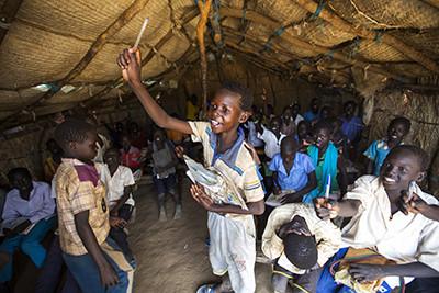Nens participen en una classe d'anglès a una escola a la regió de Maban, al Sudan del Sud. Foto de l'Albert González Farran