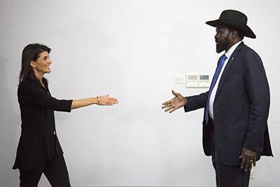 L'ambaixadora nord-americana a les Nacions Unides Nikki Haley saluda el President del Sudan del Sud, Salva Kiir, en una reunió a Juba el 25 d'octubre de 2017. Foto de l'Albert González Farran / AFP