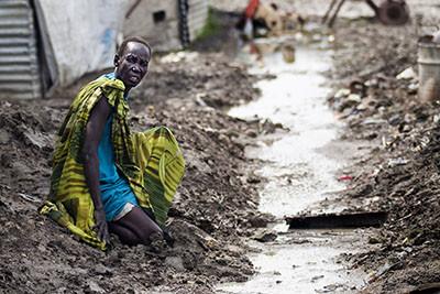 Una anciana cau al fang al campament de desplaçats de Malakal, al Sudan del Sud. © Albert González Farran – Metges Sense Fronteres (MSF)