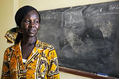 Tabitha, professora d'universitat, cobra 200 dòlars al mes amb què ha de mantenir cinc fills. Foto de l'Albert González Farran