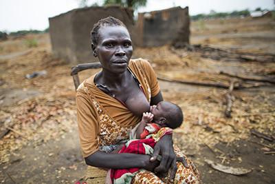 Txata Male, mare de tres nens, dóna el pit al seu nadó de 4 dies, fora de la seva llar a Dangaji, un poblet de Maban, al Sudan del Sud. Foto © Albert González Farran