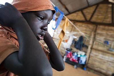 Ramadà plora sol en un racó de l'escola on la seva família ha estat temporalment acollida. Foto de l'Albert González Farran – UNICEF