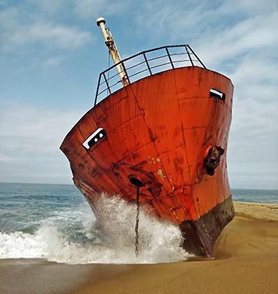 Un vaixell abandonat a les platges de Robertsport, Libèria. Foto de l'Albert González Farran