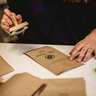 Etikettierung in Handarbeit.