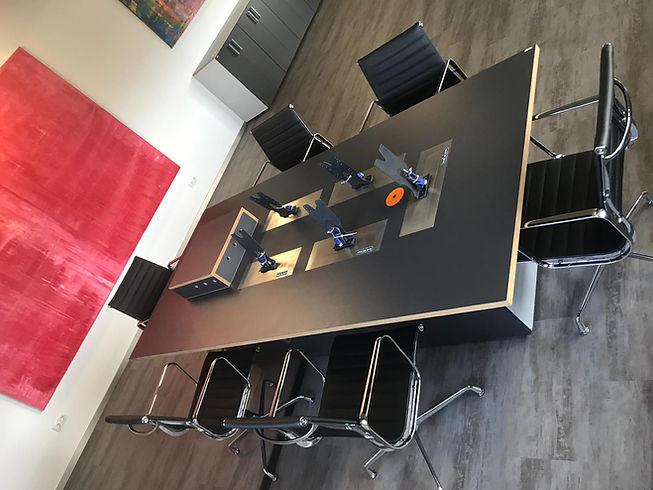 Monitor und Beamer Tisch integration2.jp