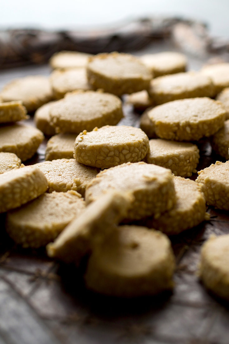 Shortbread cookies with a sesame rim