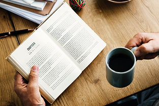 Läsa med kaffe