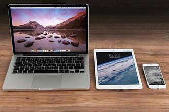 apple-iphone-smartphone-desk-4158.jpg