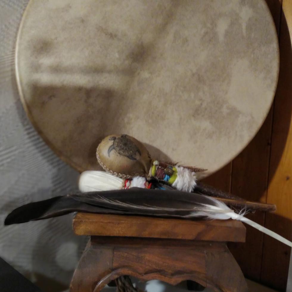 Tambour, plume et hochet